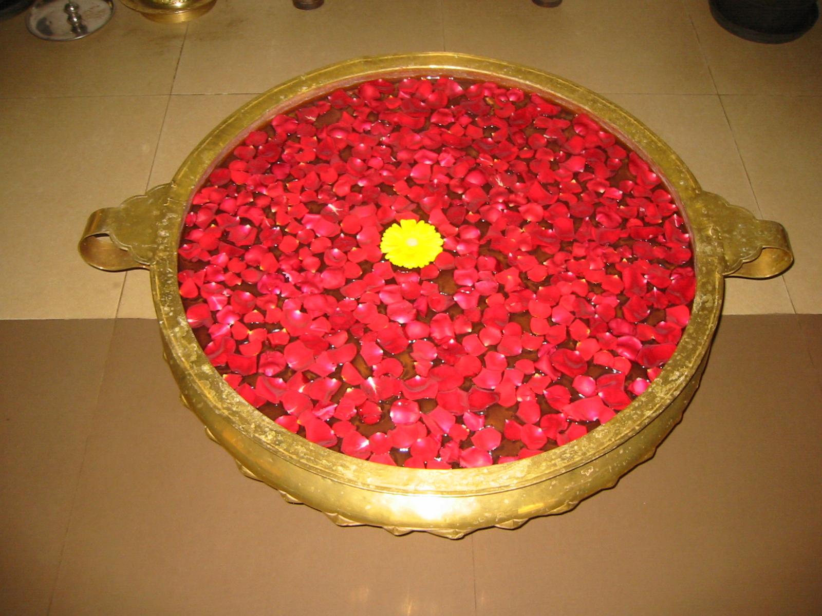 fiori offerti in ciotola